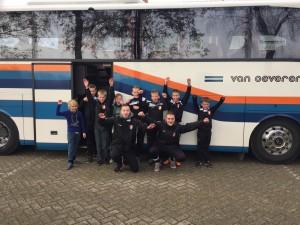 E1 bij hun 'spelersbus'