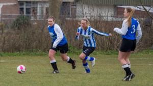 Nelleke Neele (links) maakster van de 2-2 in actie tijdens het duel tegen Ijzendijke!
